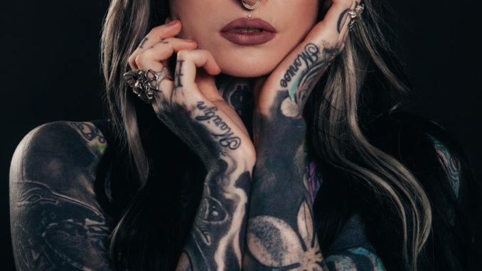 Diese Frau trägt einige Tattoos auf dem Unterarm